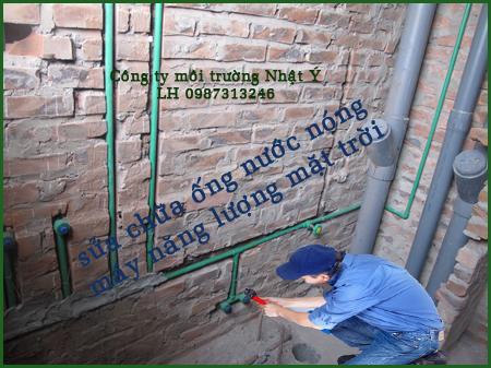 Thợ sửa chữa ống nước nóng máy năng lượng mặt trời