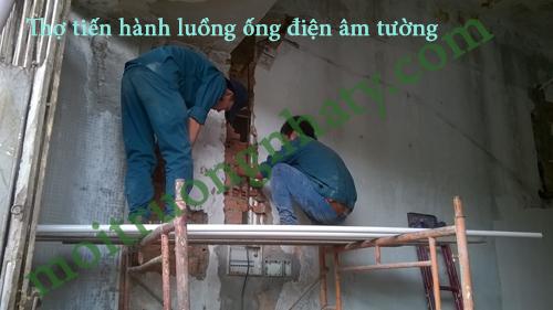 Thợ tiến hành luồng ống điện âm tường