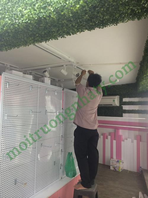Nhân viên sửa chữa điện tại nhà